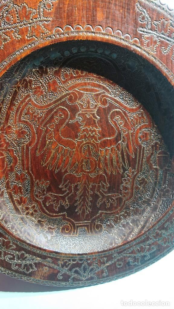 Antigüedades: PLATO MADERA PIROGRABADA CON INCRUSTACIONES MILENIUM KRAKOW FLORIANSKA AGUILA ESCUDO DE POLONIA 40CM - Foto 3 - 220707105