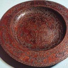 Antigüedades: PLATO MADERA PIROGRABADA CON INCRUSTACIONES MILENIUM KRAKOW FLORIANSKA AGUILA ESCUDO DE POLONIA 40CM. Lote 220707105