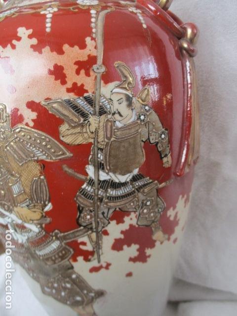 Antigüedades: ESPECTACULAR Y ANTIGUO JARRÓN ORIENTAL DE CERÁMICA - JAPÓN - PINTADO A MANO, FIRMADO / SAMURAIS - Foto 8 - 220761598
