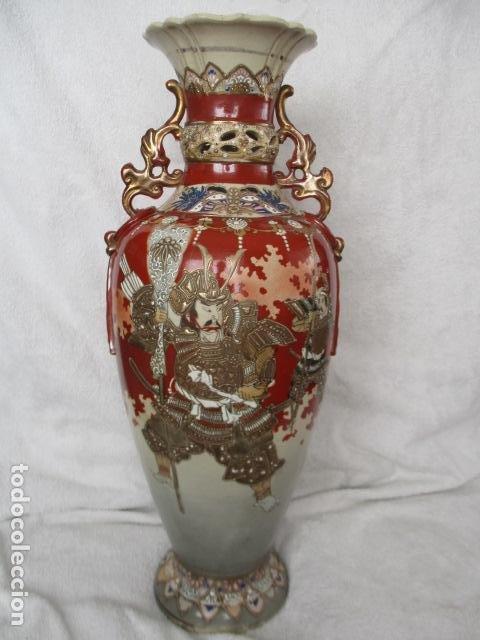 ESPECTACULAR Y ANTIGUO JARRÓN ORIENTAL DE CERÁMICA - JAPÓN - PINTADO A MANO, FIRMADO / SAMURAIS (Antigüedades - Porcelana y Cerámica - Japón)