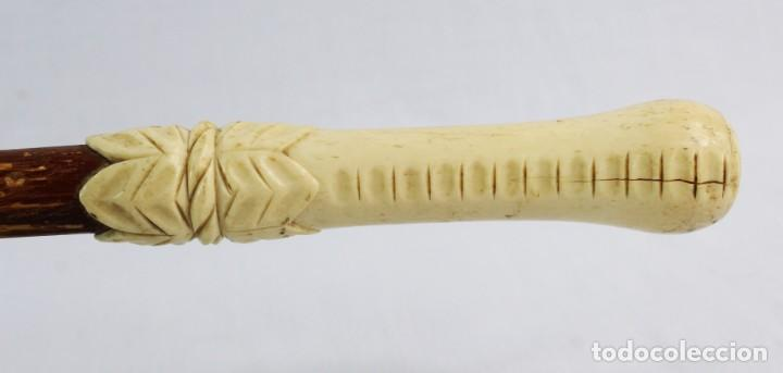Antigüedades: Bastón hueso tallado y madera ca 1890 - A carved bone and wood walking cane leadership baton - Foto 2 - 220764621
