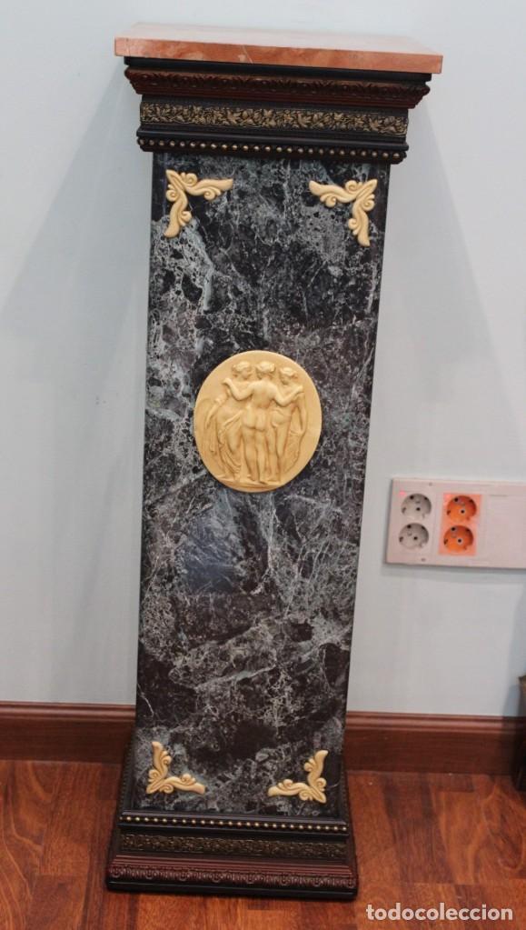COLUMNA DECORATIVA, ESTILO NEOCLÁSICO, MADERA, RESINA Y MÁRMOL, 1METRO DE ALTURA, 32 X 32 CM (Antigüedades - Hogar y Decoración - Jardineras Antiguas)