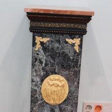 Antigüedades: COLUMNA DECORATIVA, ESTILO NEOCLÁSICO, MADERA, RESINA Y MÁRMOL, 1METRO DE ALTURA, 32 X 32 CM. Lote 220794318
