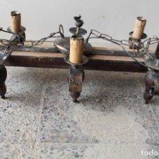 Antiguidades: LAMPARA DE TECHO RUSTICA EN HIERRO DE FORJA Y MADERA. Lote 220809081