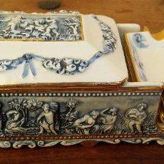 Antiquités: ELEGANTE CAJA TABAQUERA Y 3 CENICEROS PORCELANA ITALIANA CAPODIMONTE, FILOS ORO, PERFECTO ESTADO. Lote 220844435
