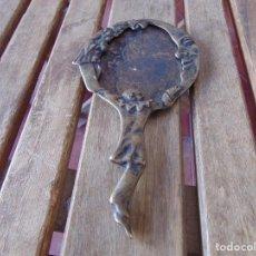 Antigüedades: ANTIGUO ESPEJO DE MANO EN BRONCE ESTILO MODERNISTA SIN CRISTAL MIDE 22 CM DE ALTO. Lote 220875121
