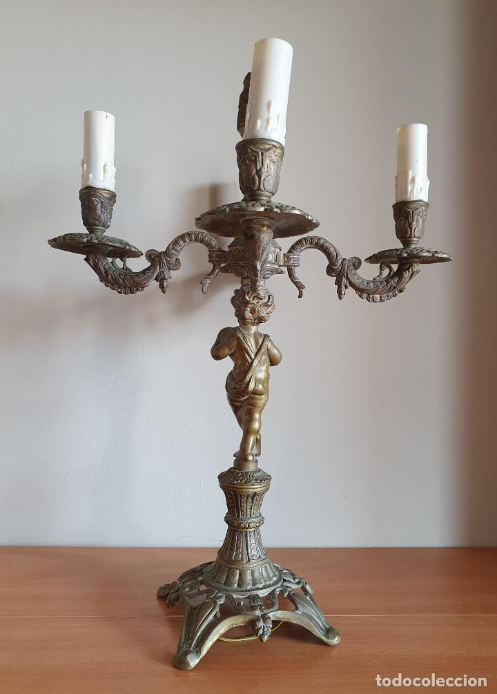 Antigüedades: Magnífico candelabro antiguo en bronce de estilo rococó con angelote en relieve . - Foto 4 - 220876646