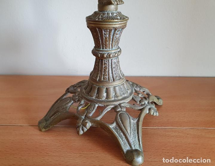 Antigüedades: Magnífico candelabro antiguo en bronce de estilo rococó con angelote en relieve . - Foto 8 - 220876646