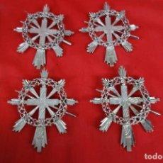 Antigüedades: LOTE DE 5 COLGANTES RELIGIOSOS DE CRUCES DE METAL PLATEADO. Lote 220886448