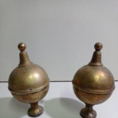Antigüedades: BRONCE ANTIGUO. DOS REMATES DE CAMA ANTIGUA, POSIBLEMENTE TAMARIT, NECESITAN HACER LA ROSCA NUEVA.. Lote 220892126