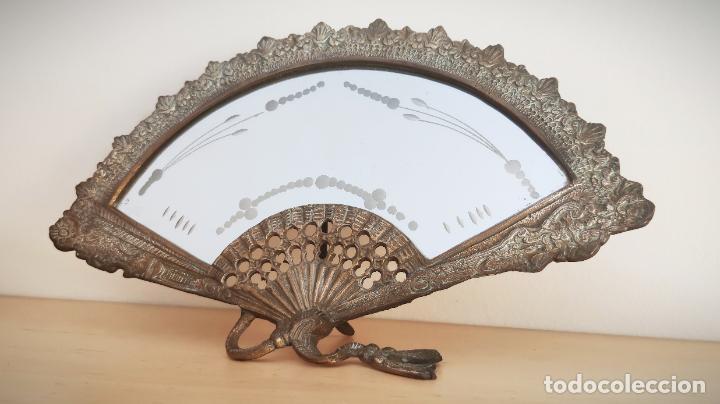 Antigüedades: Espejo biselado de sobremesa - bronce macizo de principios del SXX en forma de abanico - victoriano - Foto 2 - 220897518