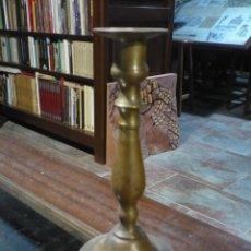 Antigüedades: CANDELABRO O CANDELERO DE LATÓN TORNEADO S. XVIII- XIX 22'5 CM DE ALTURA Y 11 CM DE DIÁMETRO DE BASE. Lote 220914537