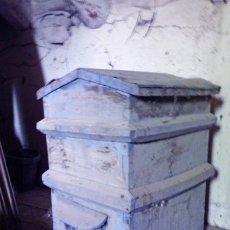 Antigüedades: BONITA COLMENA DE MADERA. Lote 220952970