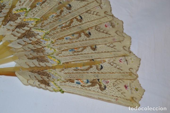 Antigüedades: VINTAGE- ABANICO PIEL DE PAPIRO / PIEL CABRITILLA Y ASTA, DECORADOS, PERFORADOS Y DORADOS - ¡MIRA! - Foto 6 - 220980593
