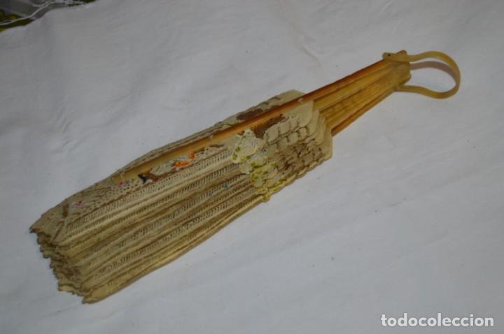 Antigüedades: VINTAGE- ABANICO PIEL DE PAPIRO / PIEL CABRITILLA Y ASTA, DECORADOS, PERFORADOS Y DORADOS - ¡MIRA! - Foto 10 - 220980593