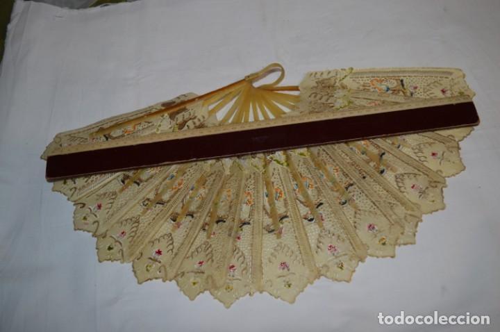 Antigüedades: VINTAGE- ABANICO PIEL DE PAPIRO / PIEL CABRITILLA Y ASTA, DECORADOS, PERFORADOS Y DORADOS - ¡MIRA! - Foto 13 - 220980593