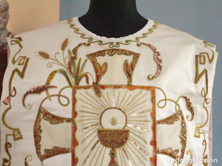 Antigüedades: Importante casulla española confeccionada en seda bordada con oro, plata y otras sedas. Hacia 1900. - Foto 2 - 221002833