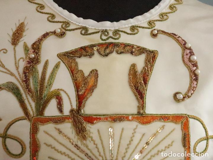 Antigüedades: Importante casulla española confeccionada en seda bordada con oro, plata y otras sedas. Hacia 1900. - Foto 3 - 221002833