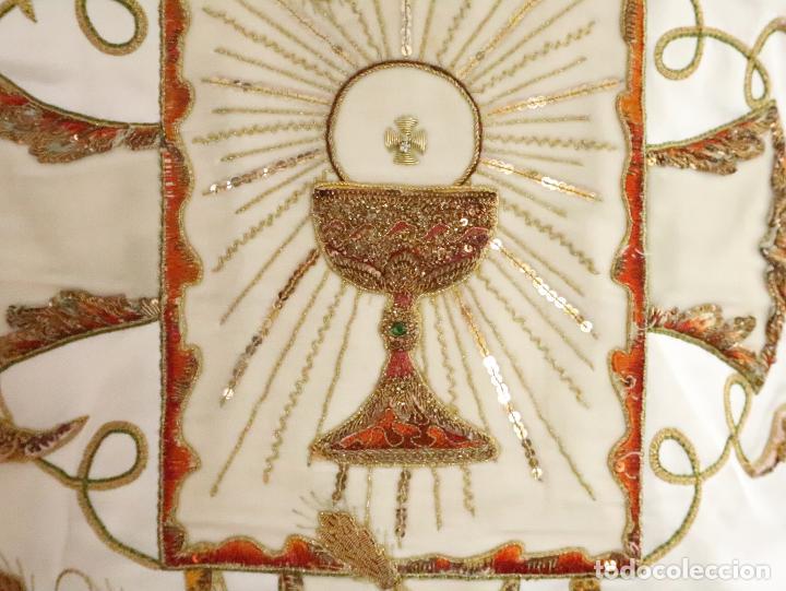 Antigüedades: Importante casulla española confeccionada en seda bordada con oro, plata y otras sedas. Hacia 1900. - Foto 4 - 221002833
