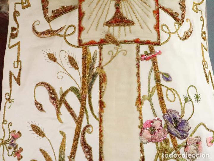 Antigüedades: Importante casulla española confeccionada en seda bordada con oro, plata y otras sedas. Hacia 1900. - Foto 7 - 221002833