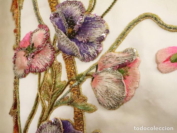 Antigüedades: Importante casulla española confeccionada en seda bordada con oro, plata y otras sedas. Hacia 1900. - Foto 9 - 221002833