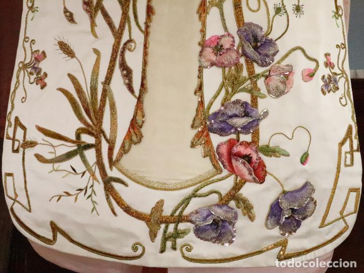 Antigüedades: Importante casulla española confeccionada en seda bordada con oro, plata y otras sedas. Hacia 1900. - Foto 11 - 221002833