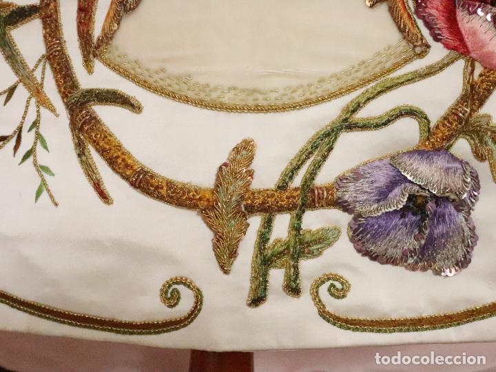 Antigüedades: Importante casulla española confeccionada en seda bordada con oro, plata y otras sedas. Hacia 1900. - Foto 12 - 221002833