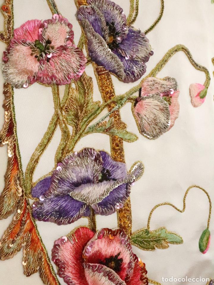 Antigüedades: Importante casulla española confeccionada en seda bordada con oro, plata y otras sedas. Hacia 1900. - Foto 13 - 221002833