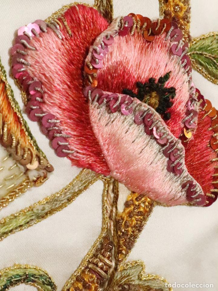 Antigüedades: Importante casulla española confeccionada en seda bordada con oro, plata y otras sedas. Hacia 1900. - Foto 16 - 221002833