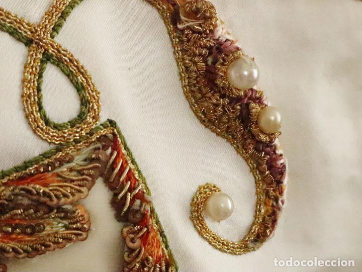 Antigüedades: Importante casulla española confeccionada en seda bordada con oro, plata y otras sedas. Hacia 1900. - Foto 17 - 221002833