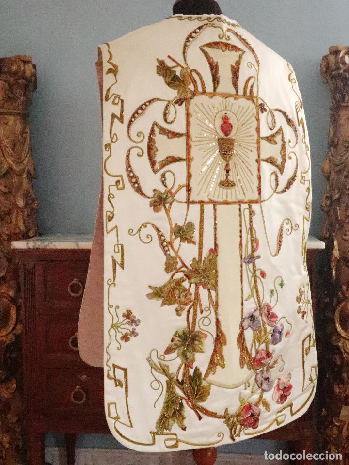 Antigüedades: Importante casulla española confeccionada en seda bordada con oro, plata y otras sedas. Hacia 1900. - Foto 19 - 221002833