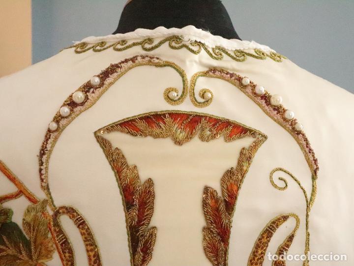 Antigüedades: Importante casulla española confeccionada en seda bordada con oro, plata y otras sedas. Hacia 1900. - Foto 21 - 221002833