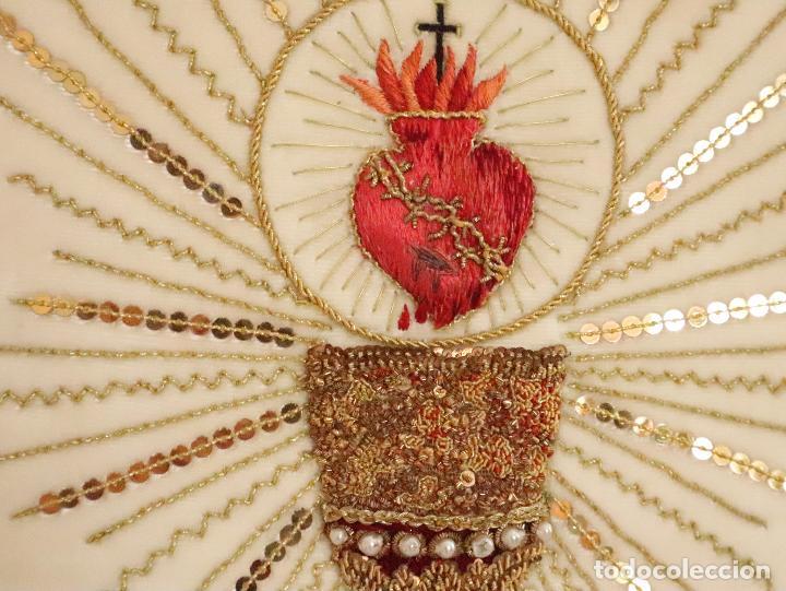 Antigüedades: Importante casulla española confeccionada en seda bordada con oro, plata y otras sedas. Hacia 1900. - Foto 23 - 221002833