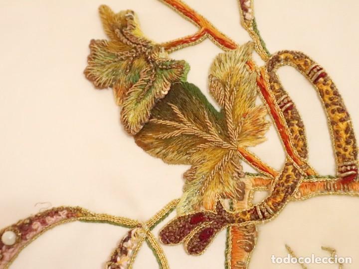 Antigüedades: Importante casulla española confeccionada en seda bordada con oro, plata y otras sedas. Hacia 1900. - Foto 24 - 221002833