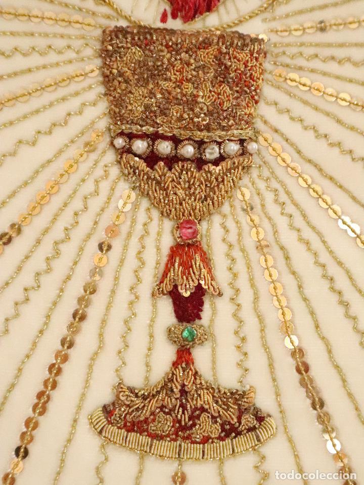 Antigüedades: Importante casulla española confeccionada en seda bordada con oro, plata y otras sedas. Hacia 1900. - Foto 26 - 221002833