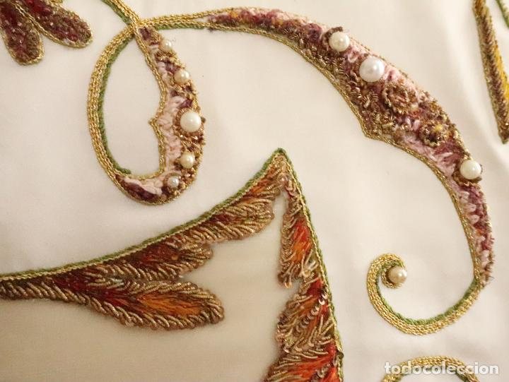 Antigüedades: Importante casulla española confeccionada en seda bordada con oro, plata y otras sedas. Hacia 1900. - Foto 27 - 221002833