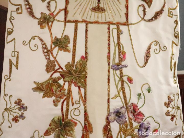 Antigüedades: Importante casulla española confeccionada en seda bordada con oro, plata y otras sedas. Hacia 1900. - Foto 28 - 221002833
