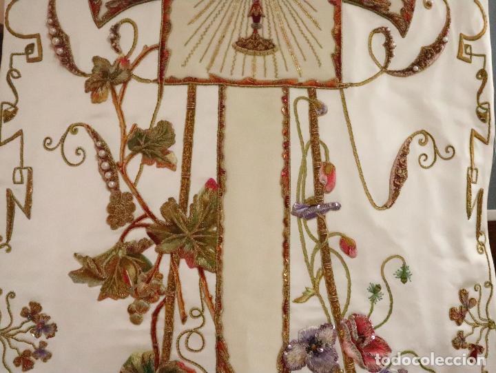 Antigüedades: Importante casulla española confeccionada en seda bordada con oro, plata y otras sedas. Hacia 1900. - Foto 29 - 221002833