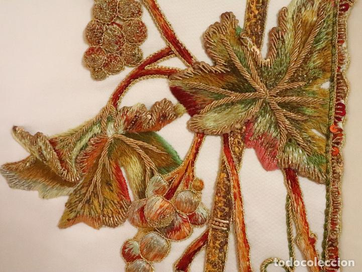 Antigüedades: Importante casulla española confeccionada en seda bordada con oro, plata y otras sedas. Hacia 1900. - Foto 30 - 221002833