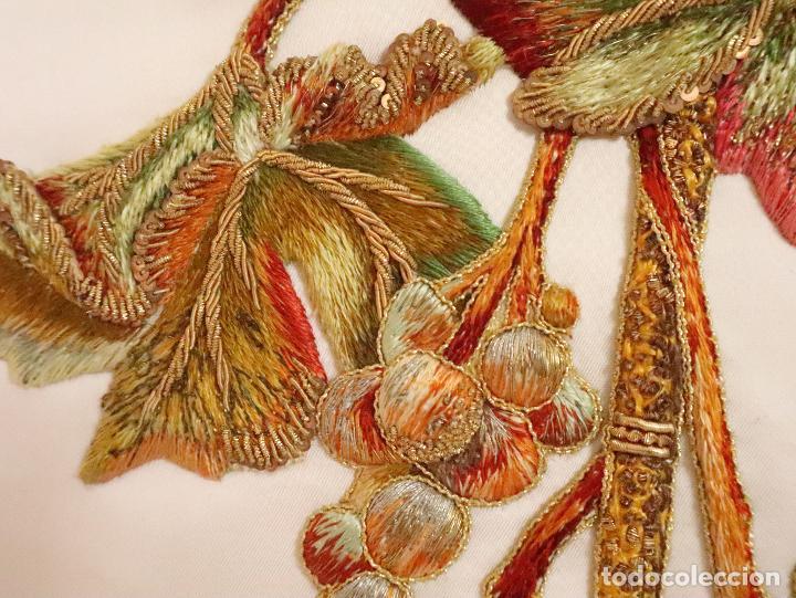 Antigüedades: Importante casulla española confeccionada en seda bordada con oro, plata y otras sedas. Hacia 1900. - Foto 32 - 221002833