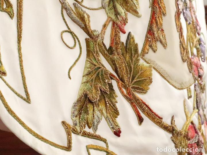 Antigüedades: Importante casulla española confeccionada en seda bordada con oro, plata y otras sedas. Hacia 1900. - Foto 34 - 221002833