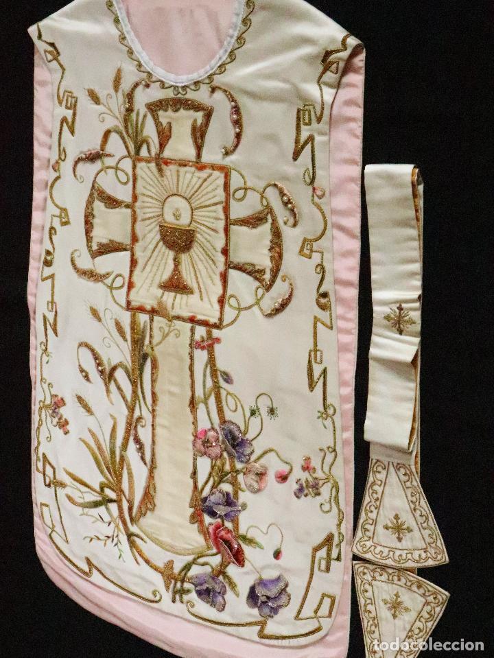 Antigüedades: Importante casulla española confeccionada en seda bordada con oro, plata y otras sedas. Hacia 1900. - Foto 38 - 221002833