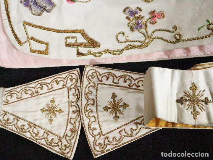 Antigüedades: Importante casulla española confeccionada en seda bordada con oro, plata y otras sedas. Hacia 1900. - Foto 39 - 221002833