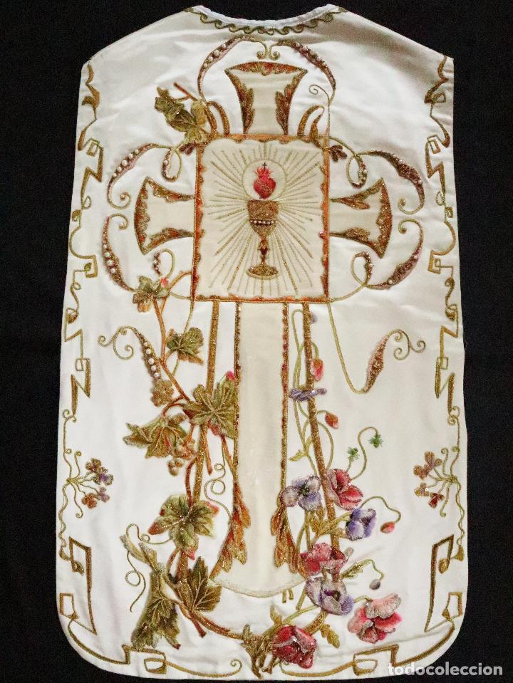 Antigüedades: Importante casulla española confeccionada en seda bordada con oro, plata y otras sedas. Hacia 1900. - Foto 40 - 221002833