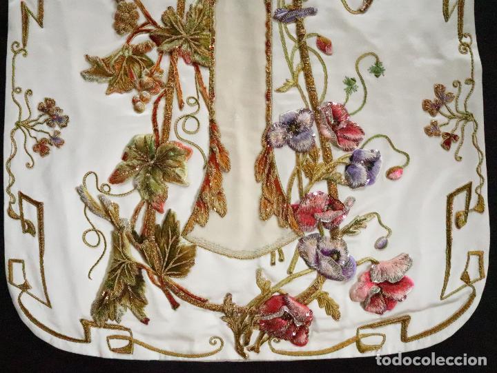 Antigüedades: Importante casulla española confeccionada en seda bordada con oro, plata y otras sedas. Hacia 1900. - Foto 42 - 221002833