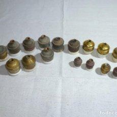 Antigüedades: 16 ANTIGUOS PORTALAMPARAS CASQUILLO DE LATON Y PORCELANA.. Lote 221006498