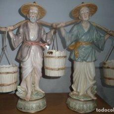 Antigüedades: PAREJA CAMPESINOS ORIENTALES. JAPON AÑOS 70, GRAN TAMAÑO 39X24 CMS. PORCELANA BISCUIT POLICROMADA.. Lote 221117346