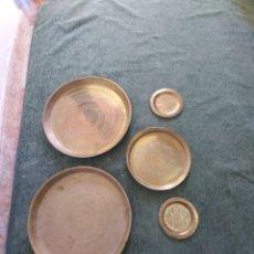 Antigüedades: PLATOS DE LATÓN 5 UNIDADES. Lote 221119045