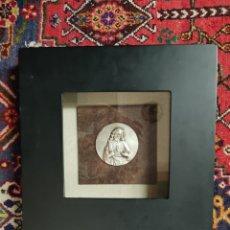Antigüedades: MEDALLÓN SAGRADO CORAZÓN DE JESÚS PLATEADO EN MARCO. Lote 221123876