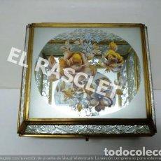 Antigüedades: PRECIOSA CAJA DE CRISTAL , TALLADO I VISELADO , CON ESPEJO EN EL FONDO I ADORNO FLORAL EN LA TAPA-. Lote 221124391